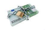 Kettenschloss um Stapel 100-Euroscheine